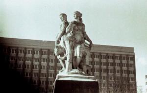 kolkhoz-square_statues3