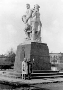 kolkhozka-monument_forum-smolensk-ws-td3ZxPEwau0-jpg